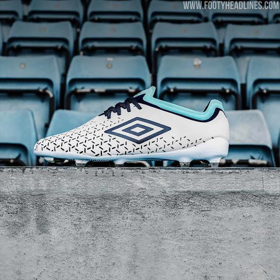 """Colección de botas de fútbol Umbro """"White Blue"""""""